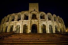 Anfiteatro na noite, Arles, Bouches-du-Rhone, França imagens de stock