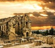 Anfiteatro romano na cidade do EL JEM em Tunísia entre o colorfu imagens de stock