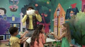 Anfitrião alegre que faz a mostra da ciência para crianças vídeos de arquivo