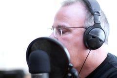 Anfitrião de rádio com telefones principais Foto de Stock Royalty Free