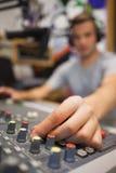 Anfitrião de rádio considerável que modera o giro acima do volume imagem de stock