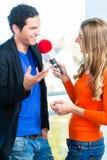 Anfitrião de rádio em estações de rádio com entrevista fotografia de stock royalty free