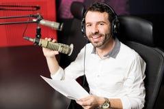 Anfitrião de rádio que modera no talk show do ar fotos de stock