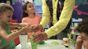 Anfitrião do aniversário que faz experiências da química com crianças filme