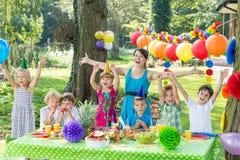 Anfitrião do partido com crianças fotografia de stock royalty free