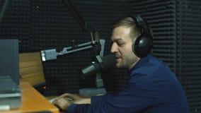 Anfitrión de radio feliz hermoso que modera en estudio metrajes