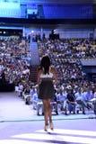 Anfitrión, mujer, opinión de la etapa, muchedumbre, funcionamiento, vivo Fotografía de archivo