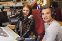 Anfitrión de radio alegre atractivo que se entrevista con a una huésped Imagen de archivo libre de regalías