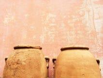 Anfore dell'argilla vicino ad una vecchia parete Fotografie Stock