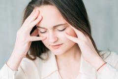 Angången koncentration för affärskvinnan stängde ögon royaltyfri bild