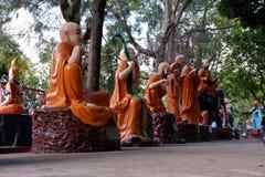 ANG-LEREN RIEM, THAILAND - SEPTEMBER 9, 2018: De god van China en het standbeeld schilderen de pijn van een zondaar in hel volgen royalty-vrije stock foto's