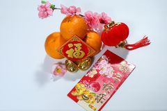 Ang Pao, décorations chinoises avec des salutations de bonne année sur l'angpao, Fook et lanterne et oranges rouges photo stock