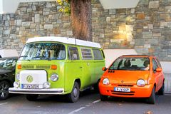 ANG Renault Twingo del trasportatore di Volkswagen Fotografie Stock