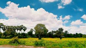 ANG-Weiß clounds des blauen Himmels Stockbild