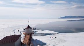 Η πηγή του ποταμού Angara από τη λίμνη Baikal Άνοιξη στο περπάτημα ομάδων ανθρώπων Σιβηρία-α στον πάγο Όμορφος φάρος στοκ φωτογραφία με δικαίωμα ελεύθερης χρήσης