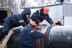 Angara flodstrand, Ryssland. Februari 14. Arbetare o arkivbild