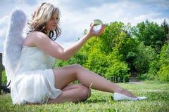 Ange avec la boule en verre Image libre de droits