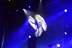 Ange bleu - représentation gymnastique aérienne, artiste de cirque, acrobate Photographie stock