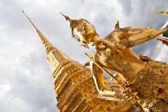 Ange d'or avec la pagoda Wat Pra Kaeo, Thaïlande Images stock