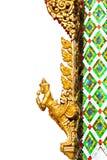 Ange d'or et mosaïque colorée dans le temple de Bouddha Photographie stock