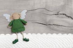 Ange de gardien ou de Noël pour une carte de voeux pour l'anniversaire sur un vieux fond en bois Photographie stock libre de droits