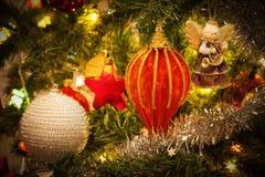 Ange de musicien s'arrêtant sur l'arbre de Noël Photographie stock libre de droits
