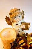 Ange de Noël avec les ailes d'or et l'harpe, bougie Photos stock