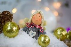 Ange de Noël dans la neige avec des boules d'arbre de Noël Photographie stock libre de droits