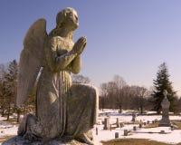 Ange de prière dans le cimetière Image libre de droits