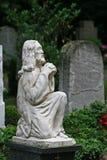 Ange de saint priant au cimetière photographie stock libre de droits