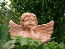Ange de terre cuite dans le jardin Images stock