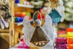 Ange de toile fait main accrochant à la stalle du marché de Noël de Riga Image stock