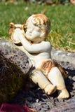 Ange en céramique, gardant le cimetière d'ange, cimetière d'ange de sommeil, rêvant le cimetière d'ange, ange fait à partir d'en  Image stock