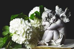 Ange et fleurs blanches Images stock