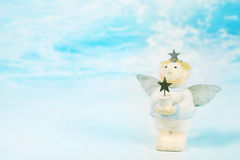 Ange gardien rêvant bleu de Noël tenant une étoile dans son Han Images libres de droits