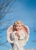 Ange gardien sur le fond de ciel bleu Concept de religion et de foi images stock
