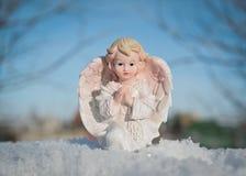 Ange gardien sur le fond de ciel bleu Concept de religion et de foi Horaire d'hiver images libres de droits