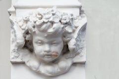 Ange sur un bâtiment avec un baiser de rouge à lèvres sur sa joue Photo libre de droits
