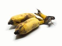 Angebaute Banane auf dem weißen lokalisierten u. Abschneidenteil des Hintergrundes Die gelbliche und schwarze Farbe wird durch di Lizenzfreies Stockbild