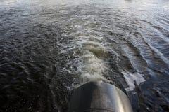 Angebendes Wasser des großen Rohres von Fluss zu Bewässerung Stockbilder