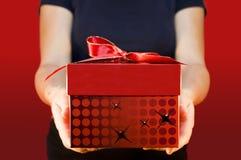 Angebot eines Geschenks Lizenzfreie Stockfotografie