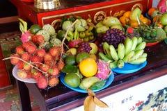 Angebote der Frucht zur Ergiebigkeitsgottheit Stockbilder