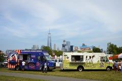 Angebote des Yankee-Gekritzel-Dandys Hühnerund Quark-LKWs im Park am Unabhängigkeitstag, WTC im Hintergrund Stockbilder