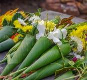 Angebote toBuddha mit Blumen Lizenzfreie Stockfotografie