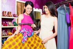 Angebotkleid asiatischer Modespeicherverkaufs-Dame Stockbilder