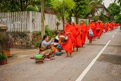 Angebotlebensmittel Laos-Leute zu den buddhistischen Mönchen lizenzfreie stockfotografie