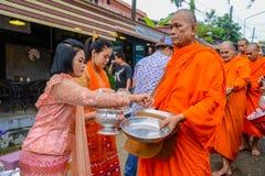 Angebotlebensmittel und Sachen der Leute zur Gruppe buddhistischen Mönchen lizenzfreies stockbild