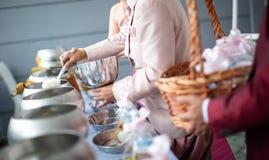 Angebotnahrung zum Mönch Bräutigam geben einem buddhistischen Mönch in der traditionellen thailändischen Heiratszeremonie Almosen lizenzfreie stockbilder