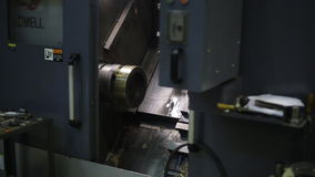 Angebracht an der Spindel von CNC-Maschine für die Verarbeitung, verarbeitendes Metall, in Werkstatt stock video