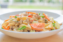 Angebratene flache Reisnudeln mit Schweinefleisch, Basilikum und Langbohne Stockfotos
